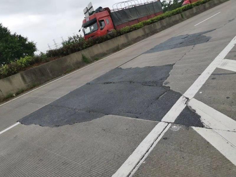 公路路面坑槽.jpg